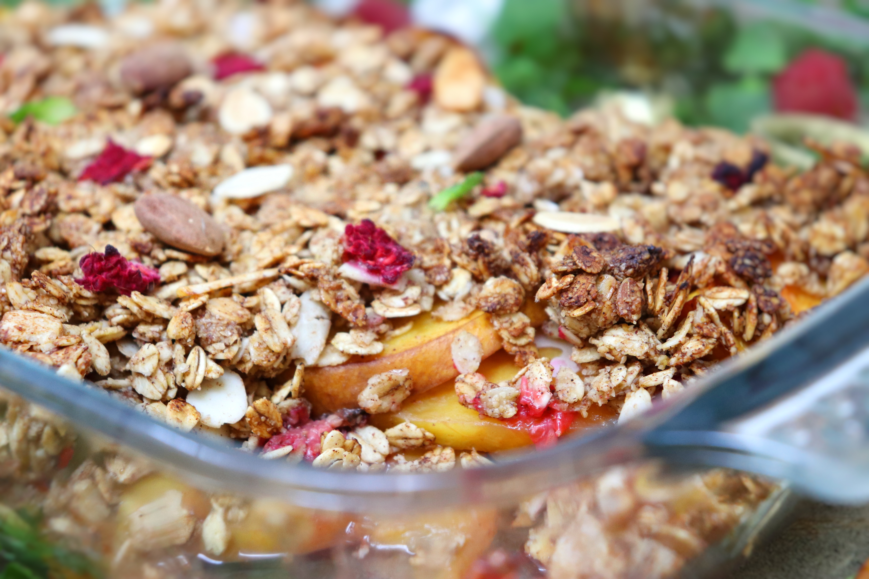 'Baked oats' pesche, lamponi e mandorle