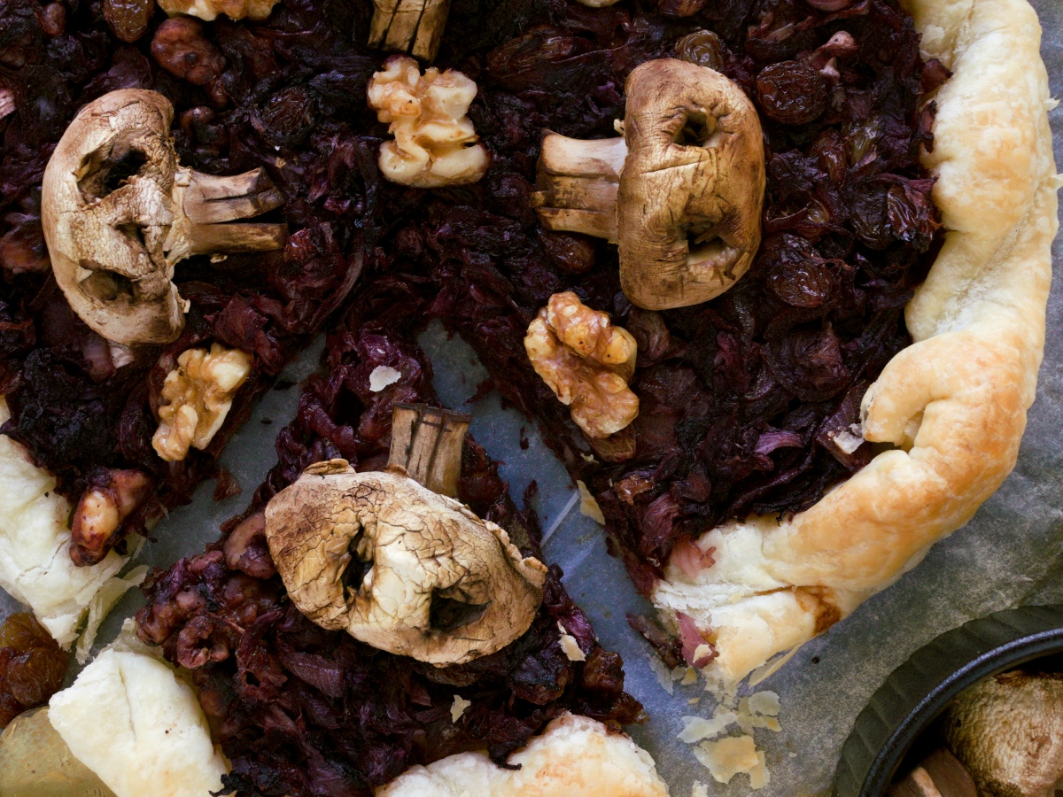 Torta salata di Halloween con teschietti | radicchio, uvetta, cipolle e noci